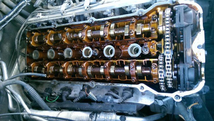 Расположение маслосъёмных колпачков (сальников клапанов) в двигателе.