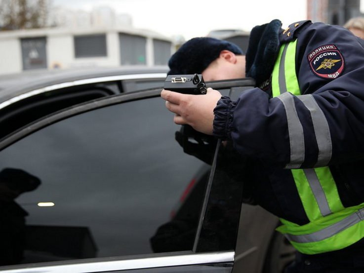 Как проверяют светопропускание стекол автомобиля